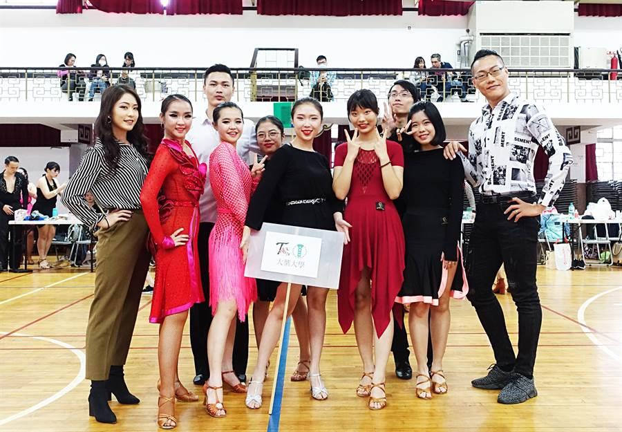 大葉大學PASO國標社參加「第24屆淡江盃全國大專國際標準舞公開賽」,勇奪18個獎項。(謝瓊雲翻攝)