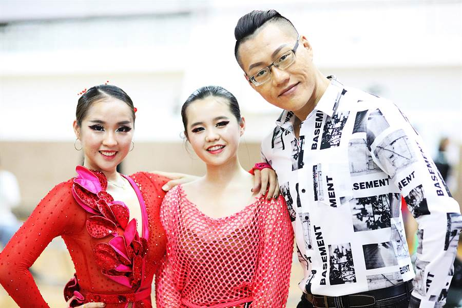 大葉大學PASO國標社蔡靖儀(左)文愛玲(中)與王翔老師(右)在比賽會場合影。(謝瓊雲翻攝)