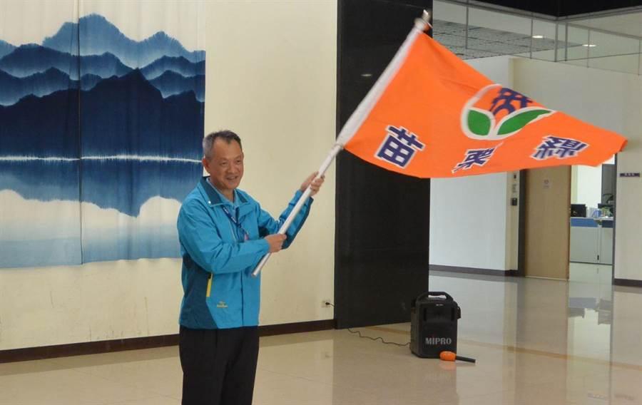 銅鑼灣生活美學協會理事長葉錦忠接下旗幟,並揮舞吶喊,提振代表隊士氣,鼓舞競賽員信心。(巫靜婷攝)
