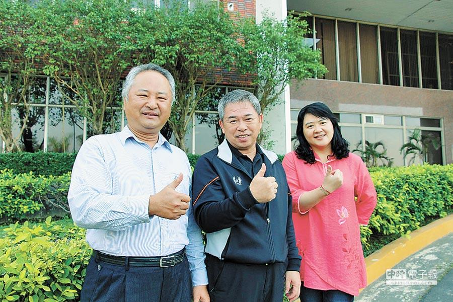義大工安室獲推行職安衛生優良單位,副主任陳世杰(左)也獲獎項。(義守大學提供)