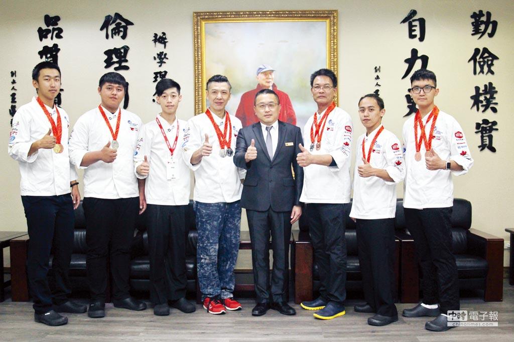 育達科技大學餐旅經營系師生參加「第20屆FHC中國國際烹飪藝術比賽」,獲獎師生與黃榮鵬校長(左五)合影。    圖/育達科大提供