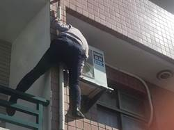 台中猛警學蜘蛛人爬樓翻牆  救回病倒老婦