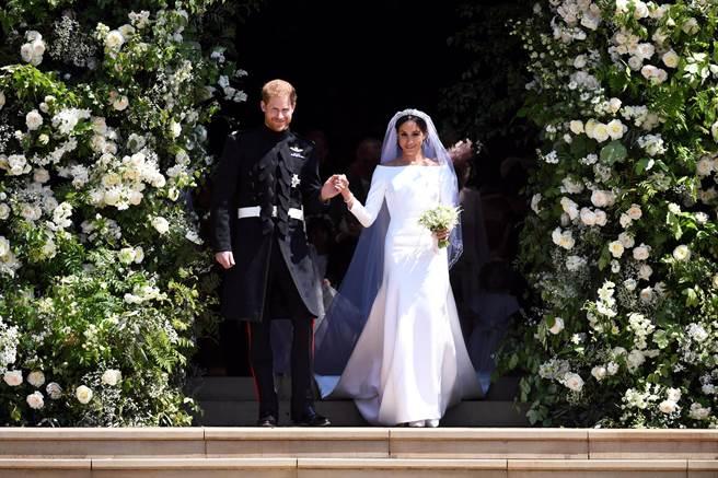 梅根和哈利王子5月19日舉行完婚禮後,步出聖喬治禮拜堂的神情。(路透11/30供圖)