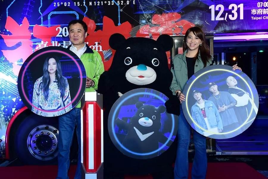 台北市副市長陳景峻(左起)、熊讚、觀光傳播局長陳思宇一起公布跨年壓軸卡司。(圖片提供:華視)
