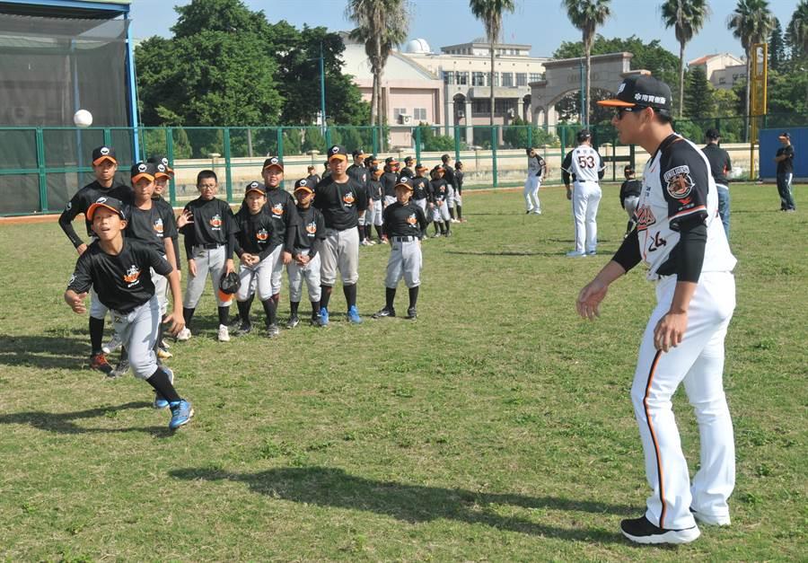 小朋友認真追球,也努力奔向未來目標。(李金生攝)