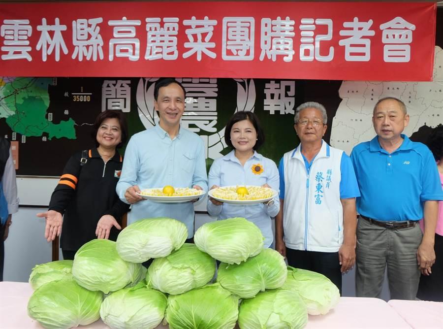 朱立倫(左二)與張麗善(左三)聯盟建立「產銷體系」幫助農民。(張朝欣攝)