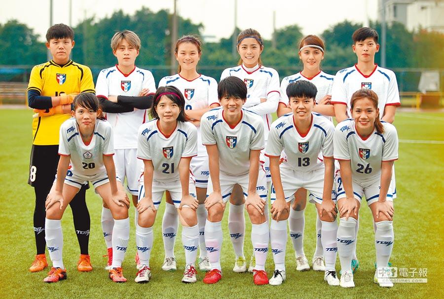 中華女足出征關島東亞盃,圖為行前對輔大女足練習賽的先發11人。(李弘斌攝)