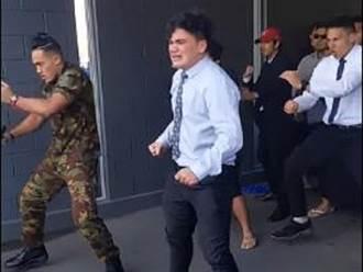 影》紐西蘭少年自殺亡 友哭著跳完「哈卡舞」送他最後ㄧ程