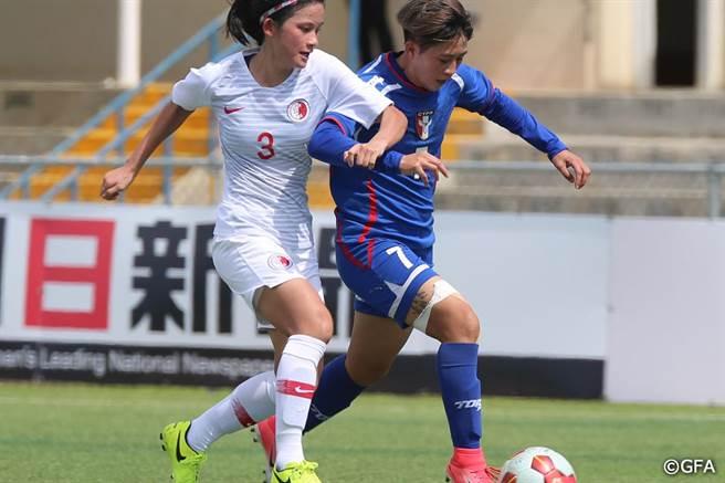 陳燕萍(右)對蒙古製造1顆12碼罰球,還送出1次助攻,終場前卻因臉部擦傷退場。(東亞足聯官網翻攝)