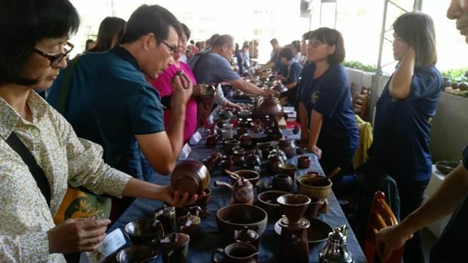 000餘件作品,並有陶藝市集義賣,吸引許多民眾前來尋寶。(莊曜聰攝)