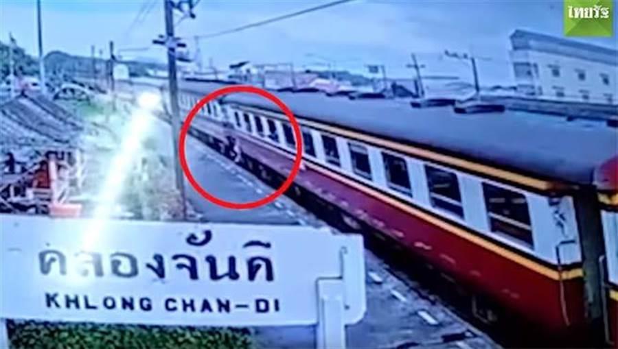 意外墜下火車!秒將幼女推離鐵軌 母遭輾斃拖行60公尺(圖翻攝自/youtube/Thairath)