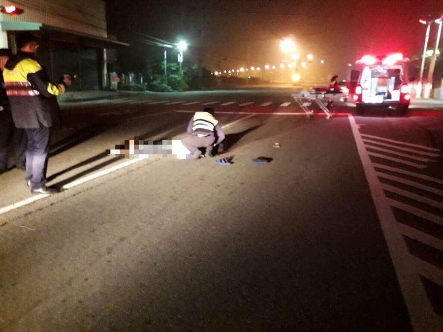 疑似酒醉的黃姓男子躺在路中間遭來車輾斃。(何冠嫻翻攝)