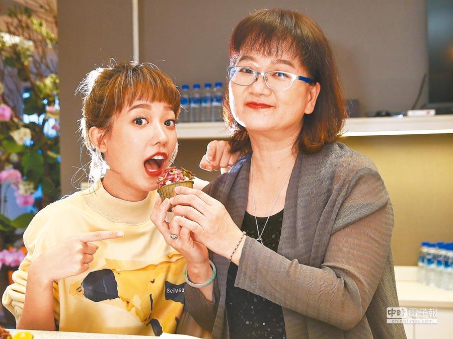 孟耿如(左)大讚媽媽手藝佳。(粘耿豪攝)