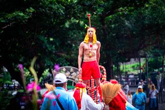 半裸上神轎 胡宇威為《寒單》獻肉體最大尺度