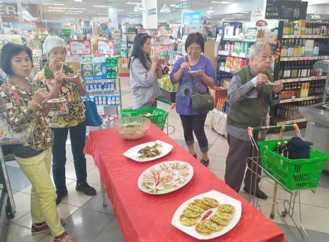 農業局請家政班媽媽現場烹調多道大安葱及芋頭創意料理,藉此推廣在地優質農產品。(陳世宗翻攝)