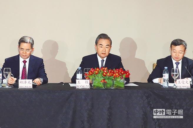 當地時間12月1日晚,大陸外交部長王毅(中)在布宜諾斯艾利斯舉行中外記者會,介紹中美元首會晤情況。(中新社)