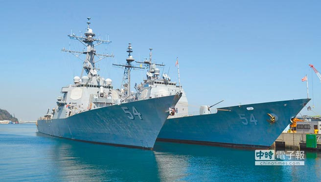 10月22日,美國海軍勃克級飛彈驅逐艦柯蒂斯魏柏號(左)及提康德羅加級飛彈巡洋艦安提坦號(右)通過台灣海峽。(取自USS Curtis Wilbur DDG 54臉書)