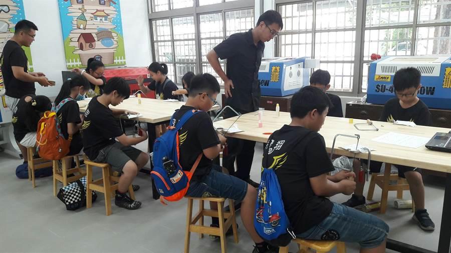 六甲國中設有食品、陶藝、木工教室,設備新穎完善,提供參加職探的國小高年級生豐富有趣的課程。(六甲國中提供)