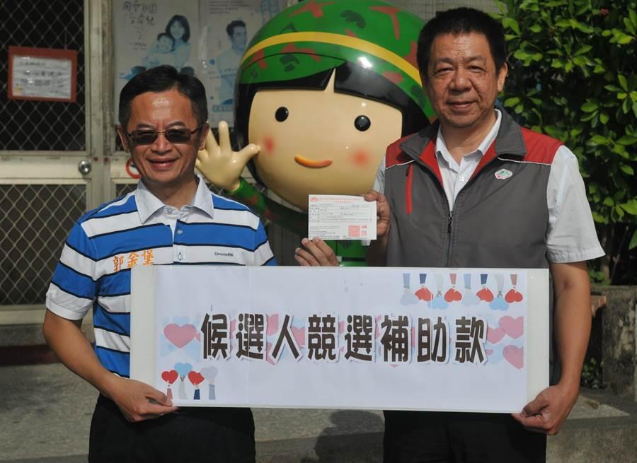 金門風獅爺童書館館長郭金堡(左)今(3)日上午捐出競選補助款3萬餘元。(李金生攝)