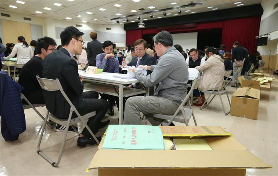 丁守中聲請驗票案,截至6日已驗超過全台北市1563個投開票所的3分之1,柯丁票數的消長亦首度曝光。(中央社提供)
