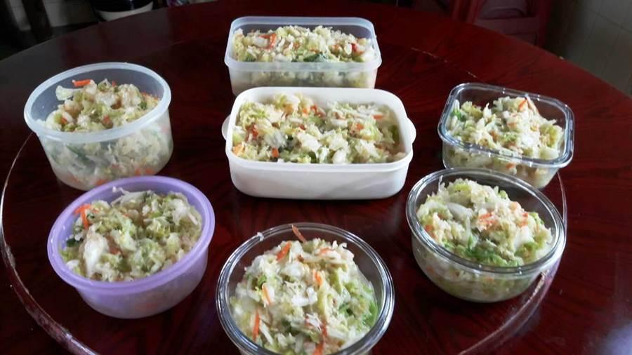 民眾大量採收便宜高麗菜,意外造成雲林餃子皮缺貨,包不了的做成泡菜。(周麗蘭攝)