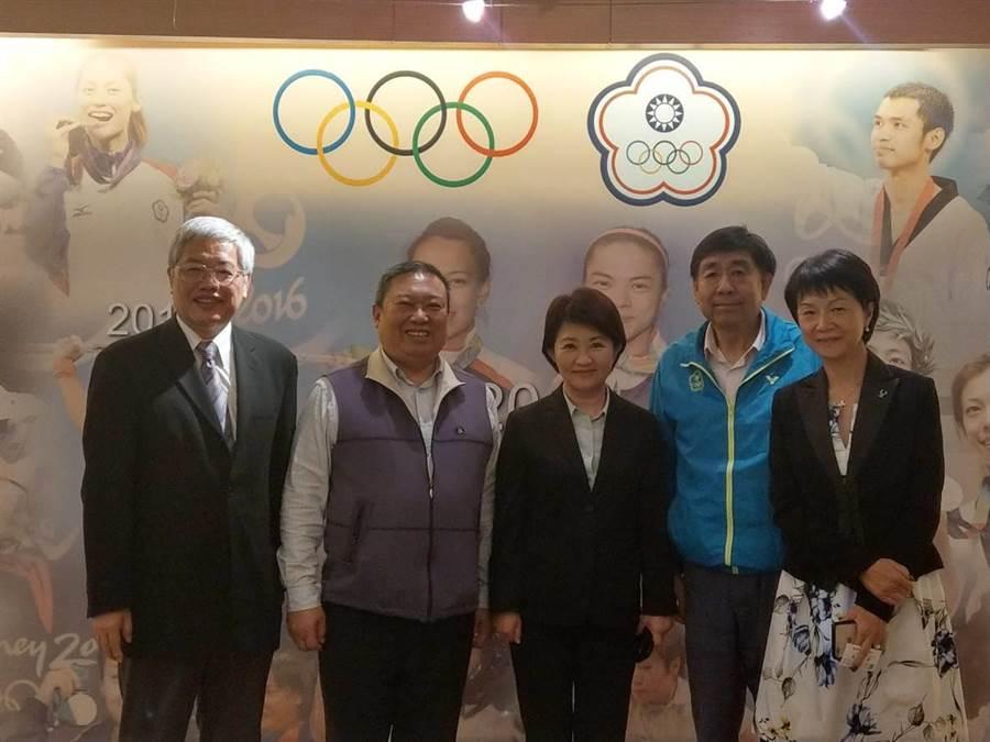 中華奧會副主席陳士魁(左起)、奧會主席林鴻道、台中市長當選人盧秀燕、奧會副主席蔡賜爵及奧會秘書長沈依婷。(中華奧會提供)