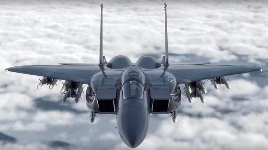 波音的先進F-15,更換新式主翼,在外側又安裝一套掛架,使飛彈攜帶量達到18枚。(圖/波音)