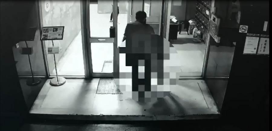 台北市中山區一名楊姓女子吸食毒品後暴斃,卻慘遭閨蜜丟包棄屍!(圖/取自中天新聞CH52)