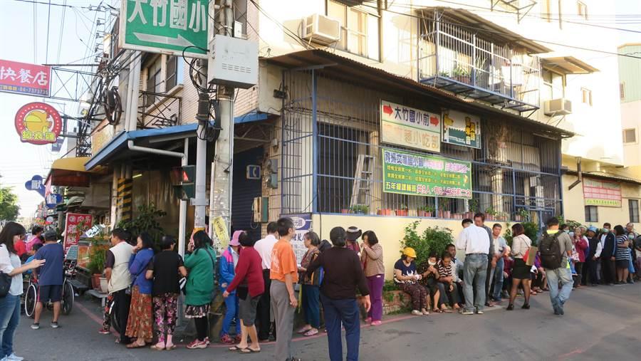 彰化市大竹國小巷口、大竹派出所旁的搶食雞雞排攤,下午兩點多就開始出現排隊人龍,三點不到已經迅速排滿滿。(謝瓊雲攝)