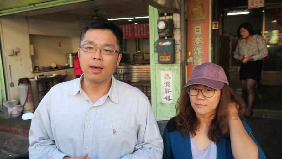 下午四點,骨科醫師陳彥名(左)與妻子一同現身雞排攤準備發送免費雞排。。(謝瓊雲攝)