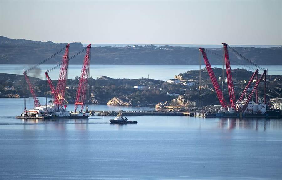 挪威海軍找來比利時打撈公司,動用中國製造的大型浮吊船進行戰艦打撈工作。(圖/鳳凰網)