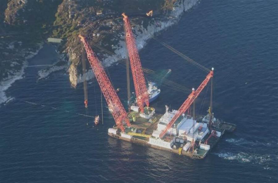 在中國江蘇啟東造船廠製造的大型浮吊船。(圖/鳳凰網)