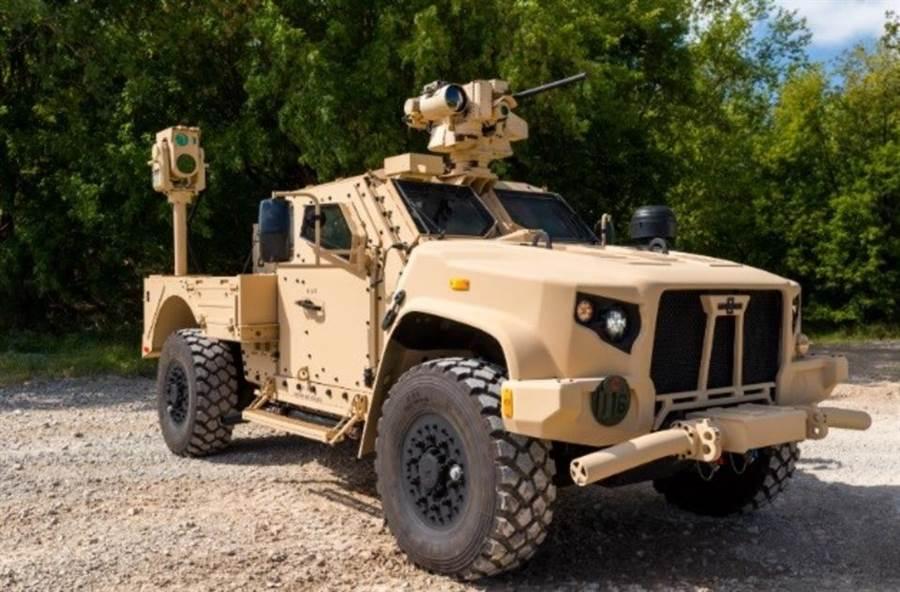 JLTV採模組化設計,後座改良車斗,槍塔改成自動機槍。(圖/奧什科甚)
