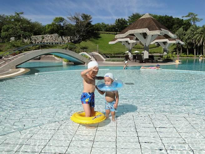花蓮市美侖大飯店受惠於暖冬方案,小小遊客也在泳池暖冬戲水。(范振和攝)