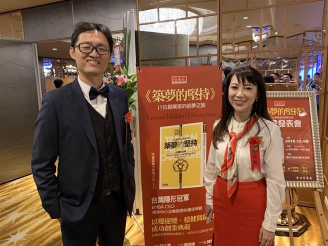劉世琪(左)、蔡雅敏兩人都是醫師,但就讀中山EMBA打開人生另一扇窗。(柯宗緯攝)