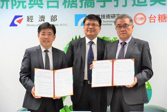 工研院院長劉文雄(左)、台糖董事長黃育徵(右),4日在經濟部次長曾文生的見證下,簽署合作意向書。(莊旻靜攝)