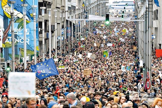 比利時布魯塞爾2日有約7萬民眾走上街頭,呼籲政府對抗氣候變遷,還有民眾高舉「氣候第一、政治第二」、「地球只有一個」等標語表達訴求。(美聯社)