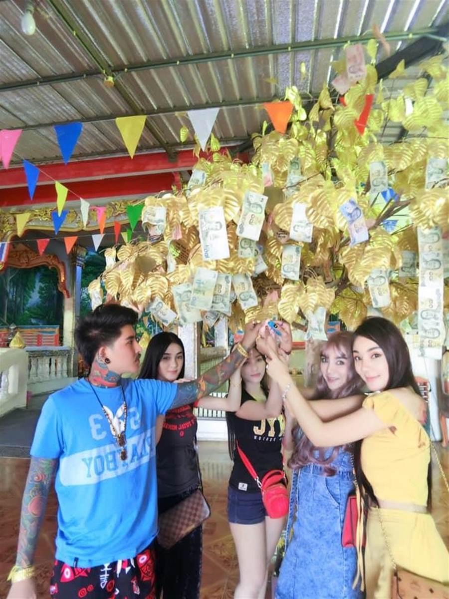 一家五口感情融洽 還會一起到寺廟拜拜祈福(圖/翻攝自臉書/Waraphon Pruksawan)