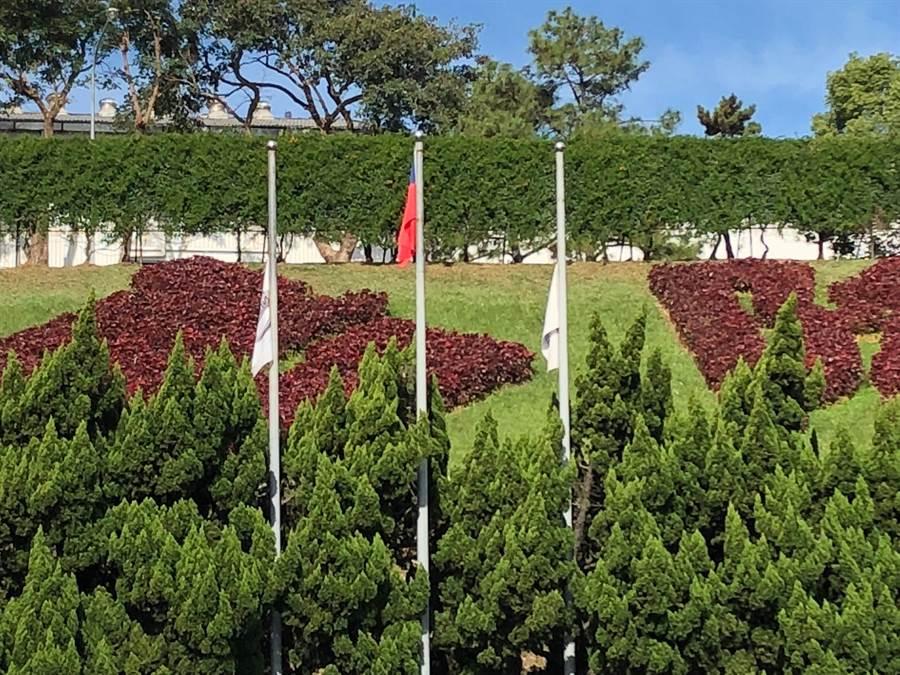 裕隆三義廠降半旗紀念嚴凱泰 。(巫靜婷攝)