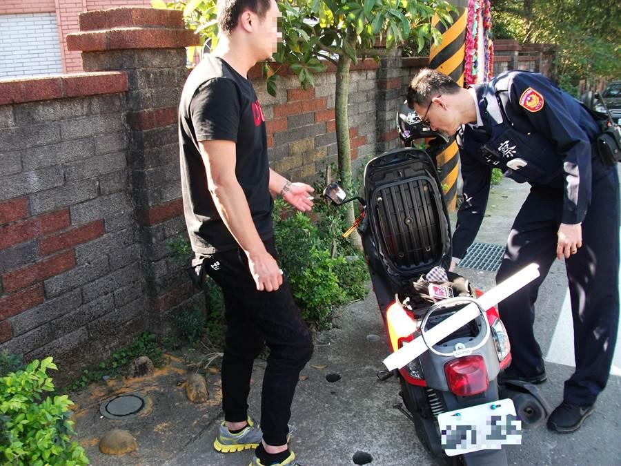 桃園市31歲李姓男子騎車坐在龍潭區龍源路機車上,因身上有毒品遭警方發現。(賴佑維翻攝)