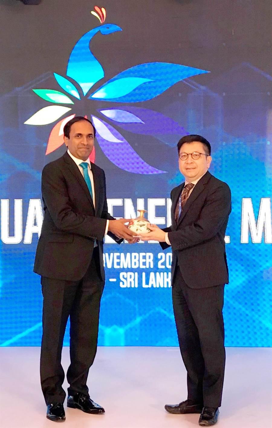 圖說:集保結算所成為亞太地區集保組織ACG當然執行委員,可倫坡證交所CEO Rajeeva Bandaranaike(左)向林修銘董事長(右)表達祝賀。