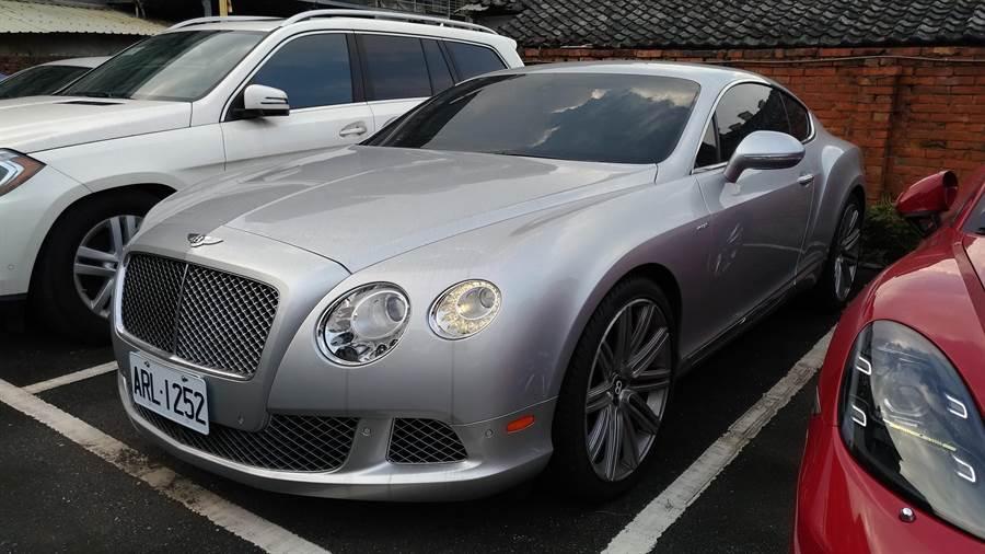 行政執行署新北分署拍賣詐騙集團3輛名貴轎車,要價千萬的賓利CONTINENTAL GT以390萬元拍出。(吳岳修翻攝)