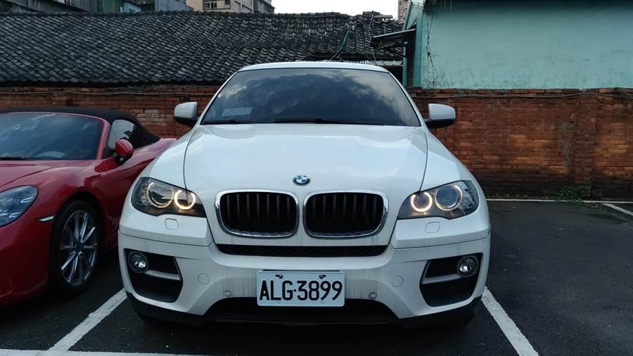 行政執行署新北分署拍賣詐騙集團3輛名貴轎車,BMW X6因尚有銀行設定動產擔保問題流標。(吳岳修翻攝)