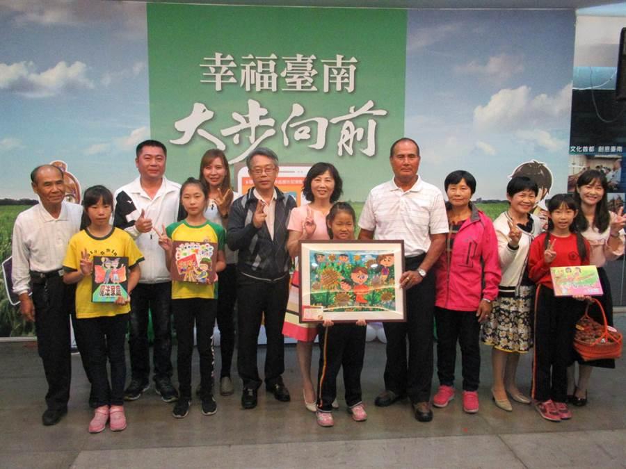 台南市家庭教育中心舉辦的「深耕學校家庭教育學生主題創作」徵選成果發表,4日請來入選學生與家長共同出席,分享創作心情故事。(莊曜聰攝)