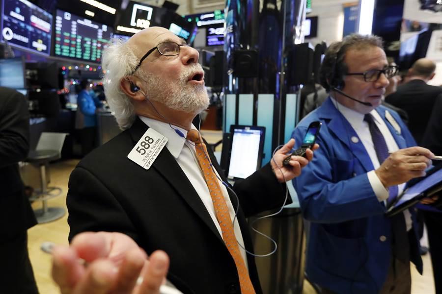 中美阿根廷G20峰會傳出貿易戰暫時休兵的好消息,紐約股市連兩日大漲,交易員與投資人歡欣鼓舞。(圖/美聯社)