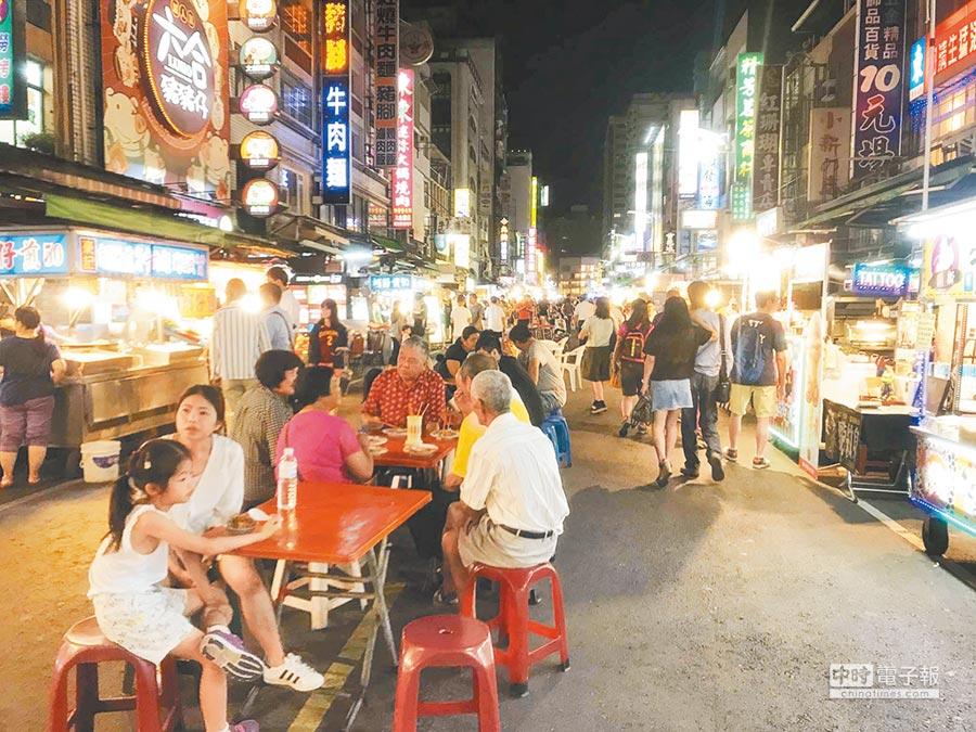 韓國瑜當選高市長後,六合夜市攤商很有感,遊客逐漸回流。              (柯宗緯攝)