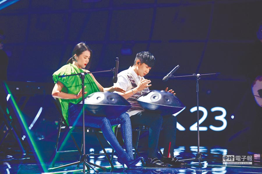 林俊傑(右)與譚維維合作手碟。