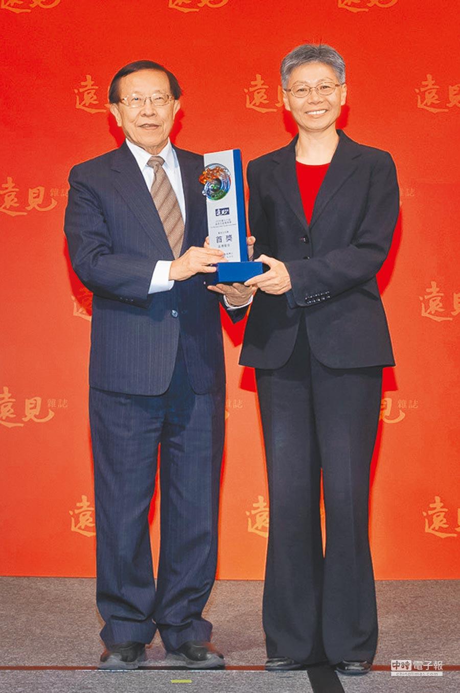 遠傳電信榮獲「遠見五星服務獎 電信公司類首獎」,總經理李彬(右)出席領獎。(遠傳提供)