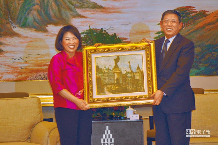 2013年3月27日,時任嘉義市長黃敏惠(左)率團訪問上海,致贈時任上海市長楊雄(右)台灣畫家陳澄波所繪的《上海碼頭》。(本報系資料照片)