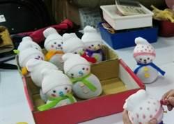 協助獨居老人年菜籌募經費 南開科大師生義賣限量版聖誕雪人玩偶
